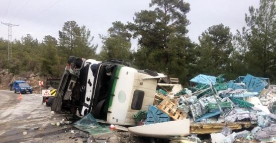 Antalya'da tır ve kamyon kafa kafaya çarpıştı: 2 yaralı