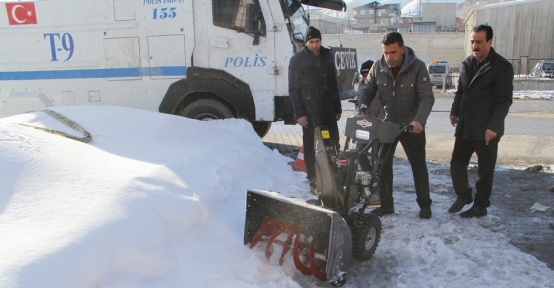 Belediyeden kaldırımlar için mini kar küreme araçları