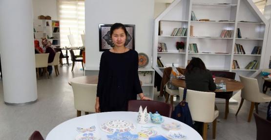Çini kursunda bir Çinli