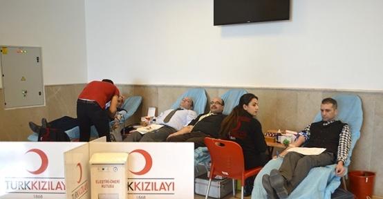 DAP ve TÜİK personelinden Kızılay'a kan bağışı