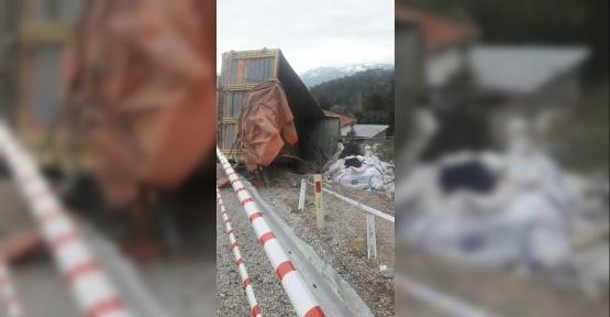Denizli'de kamyon devrildi: 2 ölü