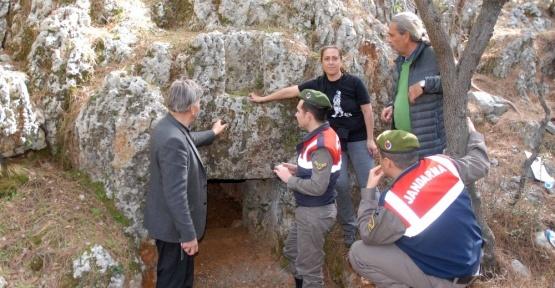 Doğa yürüyüşünde kaya mezarı buldular