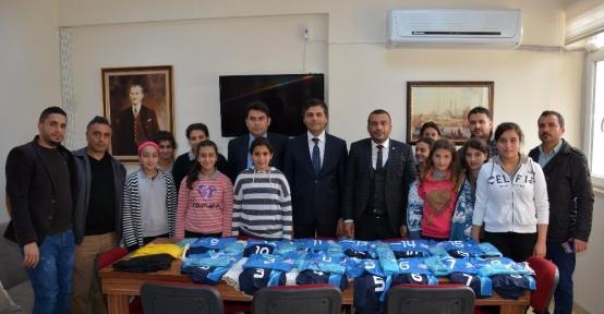 Dr. Cüneyt Karaarslan'dan kız futsal takımına forma desteği