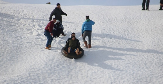 Gençlerin karda kayma keyfi