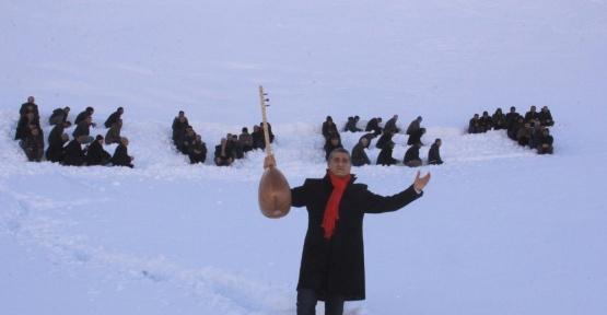 Hakkari'de insan halkasıyla karlı dağlara 'evet' yazıldı