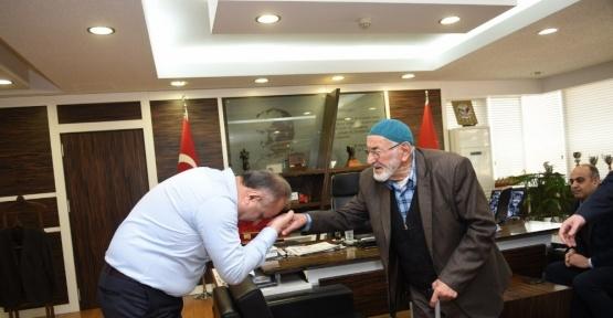 Başkan Babaş'a Huzurevi sakini Şair Raşit Tekşen'den  teşekkür ziyareti