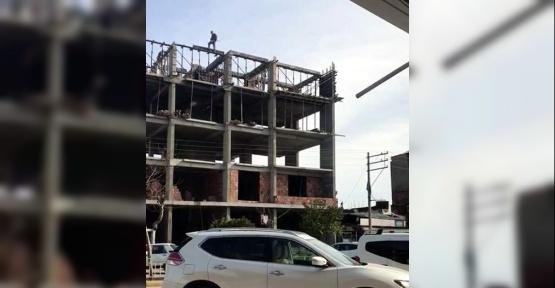 İnşaat işçisi metrelerce yükseklikte canını tehlikeye attı
