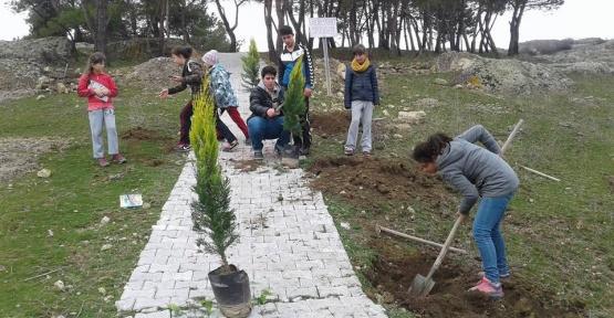 İvrindili çocuklar dedeleri adına ağaç dikti