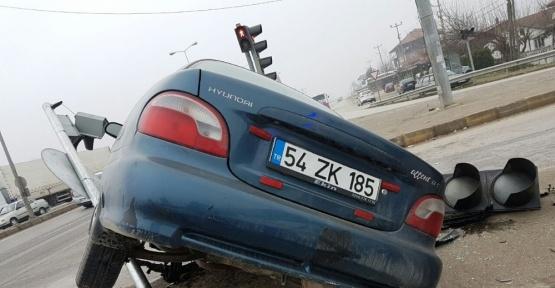 Kontrolden çıkan otomobil refüje çıktı: 1 yaralı