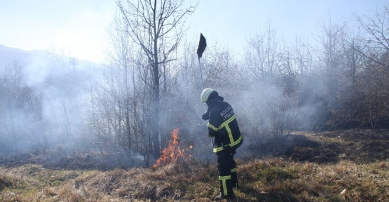 Kontrolsüz şekilde yakılan lastik çalılık alanı kül etti