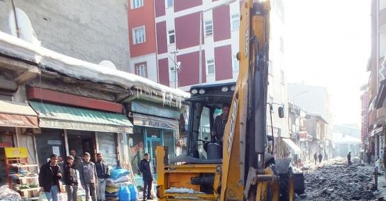 Malazgirt Belediyesi sokaklardaki buzları temizliyor
