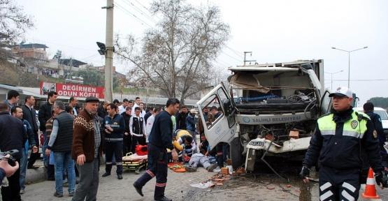 Manisa'da çöp kamyonu ile tuğla yüklü kamyon çarpıştı: 3 yaralı