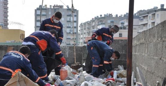 Mersin'de bir evden 4 kamyon çöp çıktı