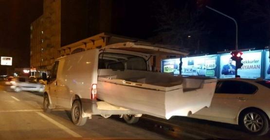 Minibüse yüklenen tekne kazaya davetiye çıkardı
