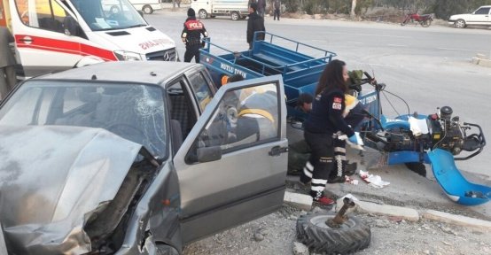 Mut'ta tarım aracı otomobile çarptı: 2 yaralı