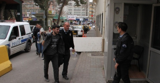 Otomatik tüfekle şehir merkezine yürüyen şahıs son anda yakalandı