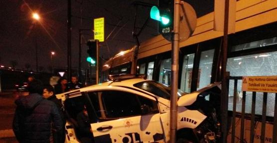 (Özel Haber) Zeytinburnu'nda tramvay ile polis aracı çarpıştı