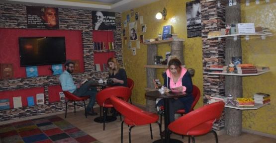 Tatvan'daki bu kafede çay ve kahvenin yanında kitap isteniyor