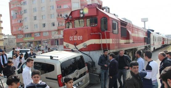 Tren hemzemin geçitte otomobile çarptı: 2 yaralı