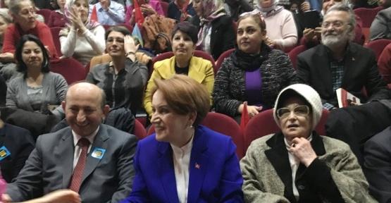 Vatandaşlar salona sığmayınca Meral Akşener dışarı çıktı