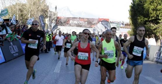 8 bin kişi, 12. Runatolia Antalya Maratonu'nda ter döktü