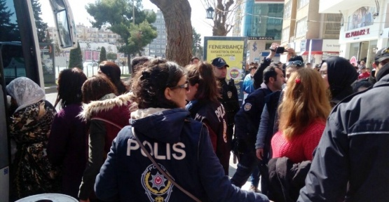 Abdullah Öcalan'ın yeğeni Dilek Öcalan'ın da katıldığı izinsiz gösteriye polis müdahale etti