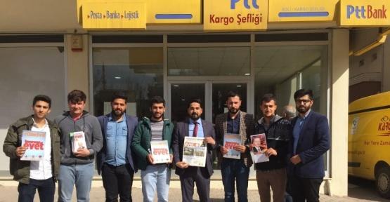 AK Parti'li gençler Kılıçdaroğlu'na 'Evet' gazetesi ve broşürü gönderdi