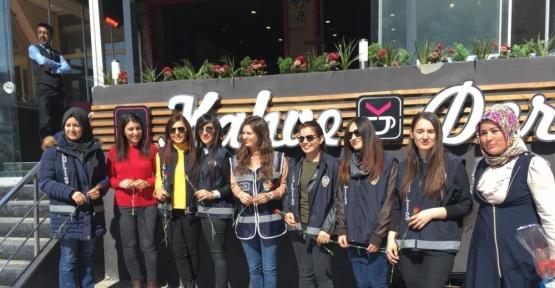 AK Partili kadınlardan kadın polislere karanfil