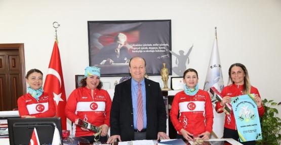 Atatürk için yola çıkan bisikletçi kadınlardan Başkan Özakcan'a ziyaret