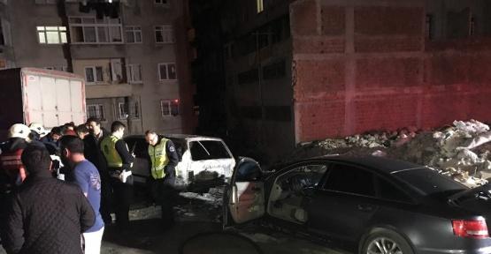 Bahçelievler' de 2 Otomobil Yandı