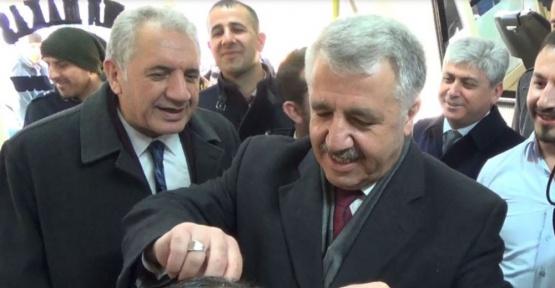 Bakan Arslan eline makas aldı, vatandaşın saçını kesti