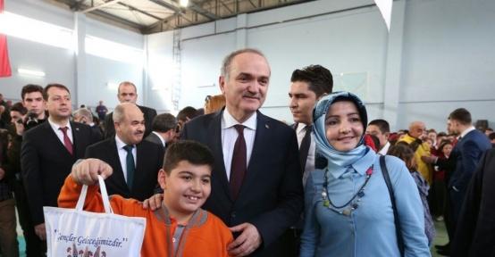 Bakan Özlü 1000 öğrenciye 1000 tablet dağıtım törenine katıldı