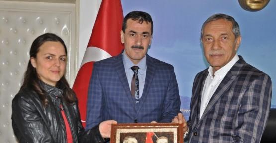 Başkan Özdemir'e kendi portresi hediye edildi