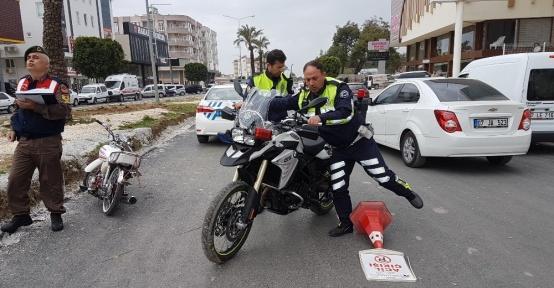 Çarptıkları polisi yaralı halde bırakıp kaçtılar