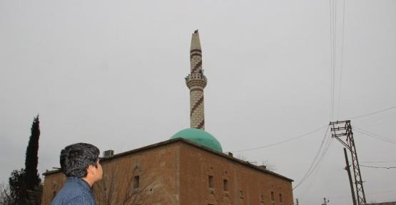 Deprem sonrası cami minaresi zarar gördü