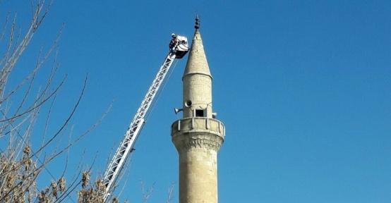 Depremde hasar gören cami minarelerine müdahale