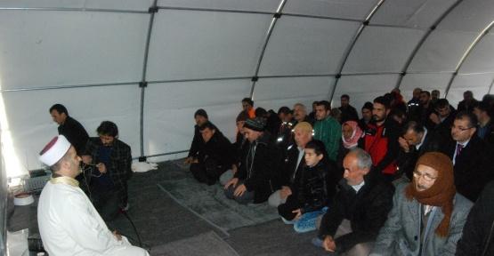 Depremzedeler Cuma namazını çadırlarda kıldı