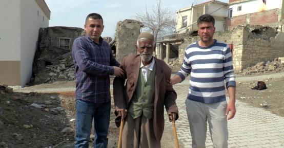 Enkazın altında kalan 85 yaşındaki engelliyi komşuları kurtardı