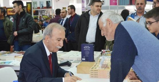 Eski Emniyet Müdürü Hanefi Avcı, kitap fuarında okuyucularıyla buluştu
