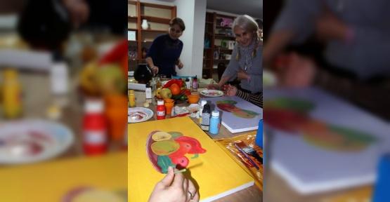 Ev hanımlığından sıkıldılar, resim kursuna yazıldılar