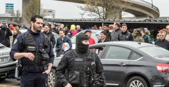 """Fransa İçişleri Bakanlığı: """"Havaalanı'nda bir kişi öldürüldü"""""""