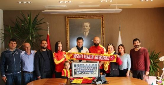 Göztepe'den Başkan Kocadon'a Efsane Kadro imzalı tablo ile forma