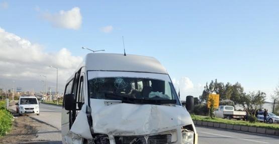 Hatay'da iki yolcu minibüsü çarpıştı: 6 yaralı