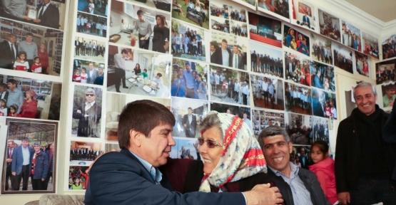Hayranı olduğu başkanın 3 bin fotoğrafı evinin duvarlarını süslüyor