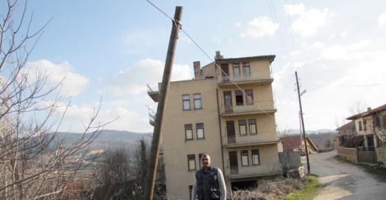 Hisarcık'ta yatık telefon direkleri ve sarkan kablolar tehlike saçıyor