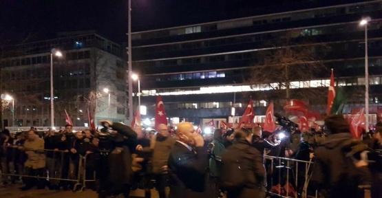 Hollanda'da Türk vatandaşlarından konsolosluk önünde protesto