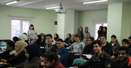 İAÜ'den Suriyeli gençlere Türkçe desteği
