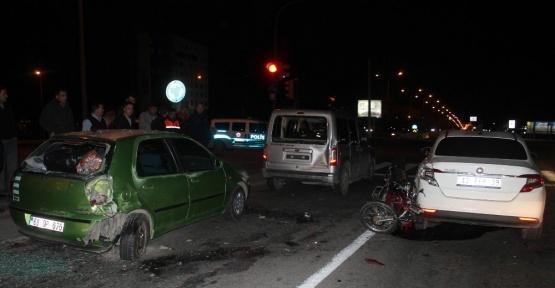 Işıkta bekleyen araçlara çarpan motosiklet sürücüsü ağır yaralı
