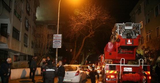 Kadıköy'de 4 katlı binanın çatısı alev alev yandı