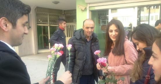 Kadınlara 4 bin çiçek dağıtıldı